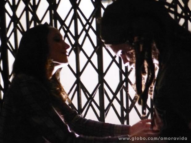 Ele diz que Paloma não sai de sua cabeça (Foto: Amor à Vida / TV Globo)