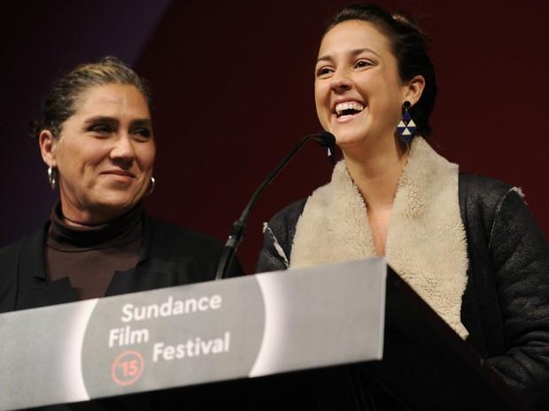 31/01 - A diretora Anna Muylaert e a atriz Camila Mardila recebem prêmio no Festival de Sundance. (Foto: Chris Pizzello/Invision/AP)