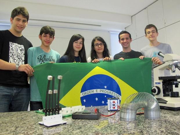 Delegação brasileira que vai participar da IJSO, na Índia (Foto: Vanessa Fajardo/ G1)