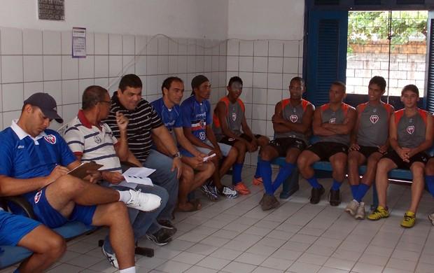 Diretoria e comissão técnica se reuniu com os jogadores do Maranhão (Foto: Bruno Alves/Globoesporte.com)