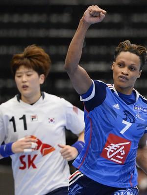 França e Coreia em disputa pelo Mundial de handebol (Foto: JONATHAN NACKSTRAND / AFP)