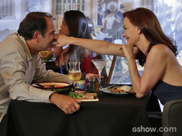Virgílio e Helena jantam em clima romântico e reanimam casamento (Foto: Fábio Rocha/ TV Globo)