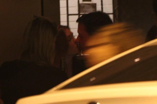 Marina Ruy Barbosa e o namorado se beijam (Foto: Rodrigo dos Anjos / AgNews)
