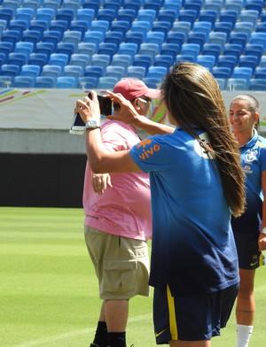 Marta faz  selfie na Arena Dunas (Foto: Cíntia Barlem)