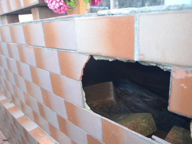Túmulo quebrado no Cemitério da Saudade em Piracicaba (Foto: Claudia Assencio/G1)