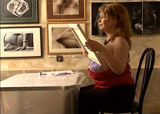 Victoria Romanova pinta quadro usando os seios. (Foto: Reprodução)