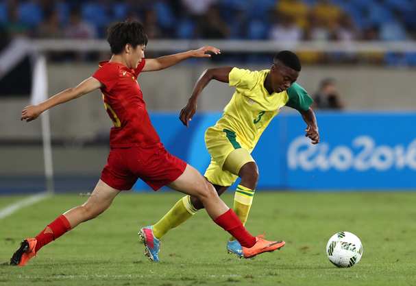 Nothando Vilakazi of South Africa runs with the ball against Dongna Li of China (Foto: Buda Mendes / Getty Images )