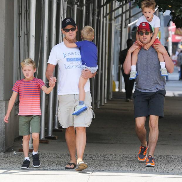 Matt Bomer (à dir.), o marido Simon Halls e os pequenos Henry, Kit, e Walker  (Foto: SplashNews)