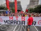 Manifestantes protestam na Paulista, em São Paulo, por moradia