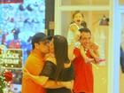 Sérgio Mallandro troca beijos com namorada em shopping carioca