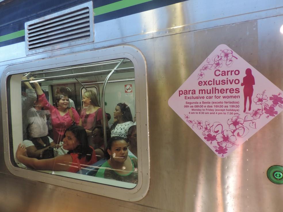 Operação do vagão exclusivo para mulheres no metrô do Recife teve início nesta segunda (16) (Foto: Marina Meireles/G1)