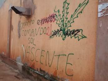 A pichação Comando do Sol Nascente feita em muros das região (Foto: Isabella Calzolari/G1)