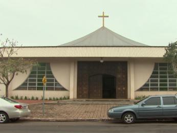 Padre vai continuar atuando na paróquia até a decisão do caso (Foto: Reprodução RPC TV)