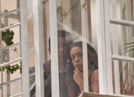 Teaser: Dorinha flagra Lili saindo do apartamento de Rafael