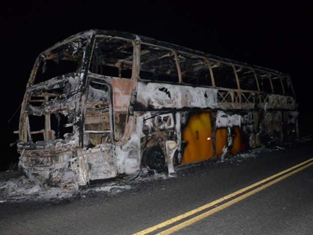 Ônibus de turismo com 39 passageiros pega fogo no sul da BA (Foto: Maurílio Garcia/Site Cocobongo )