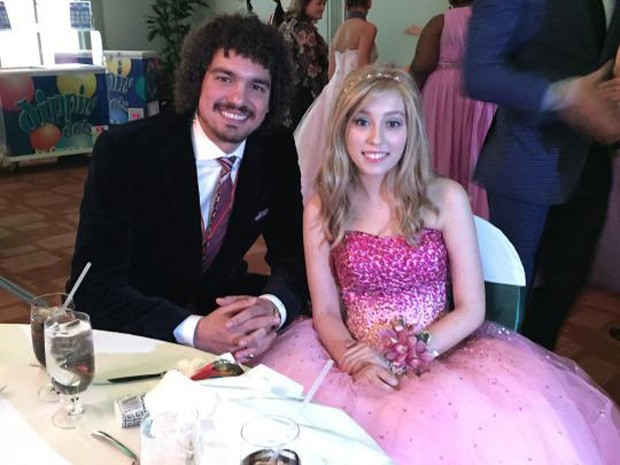 Jogador Anderson Varejão ao lado da adolescente Zoey Kohler, que está em tratamento contra câncer (Foto: Reprodução/Zoey Kohler)
