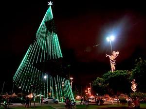 Árvore de Natal da capital potiguar tem 126 metros de altura e mais de 500 mil lâmpadas (Foto: Canindé Soares)