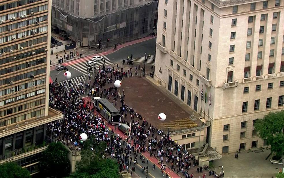 Grupo de motoboys se concentram em frente à sede da Prefeitura de São Paulo (Foto: TV Globo/Reprodução)