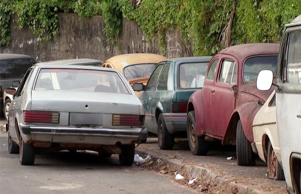 Carros abandonados no Jardim Nilópolis em Campinas (Foto: Reprodução EPTV)