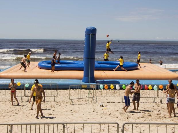 Arena de bossaball foi montada na praia do Centro, em Itanhaém (Foto: Prefeitura de Itanhaém)