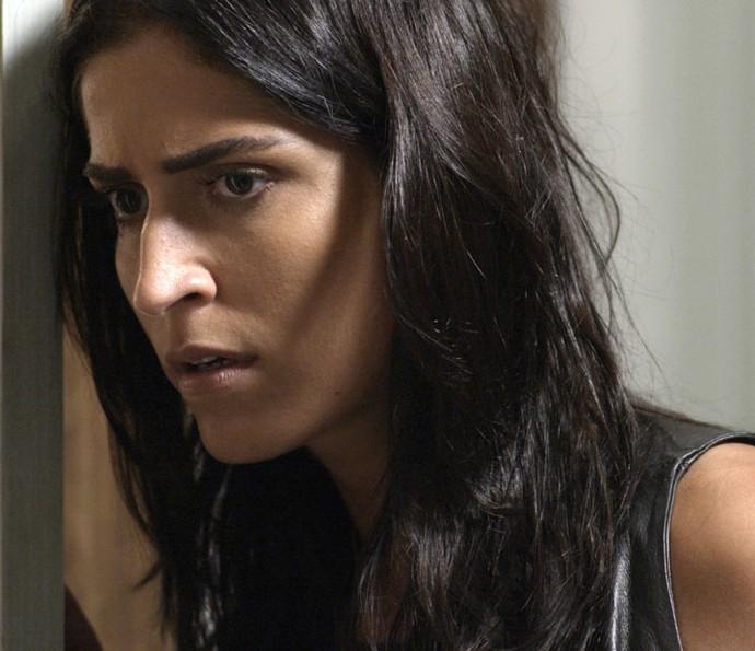 Carol ouve conversa que a deixa arrasada (Foto: TV Globo)