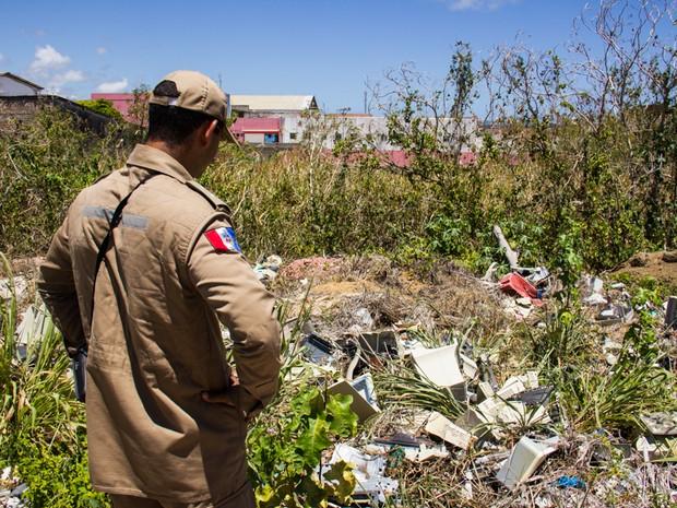Entulho foi encontrado proxímo ao local do incêndio (Foto: Jonathan Lins/G1)