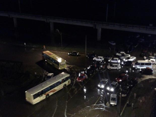 Alagamento trouxe confusão no trânsito na Avenida Mauá (Foto: Prefeitura de São Leopoldo/Divulgação)
