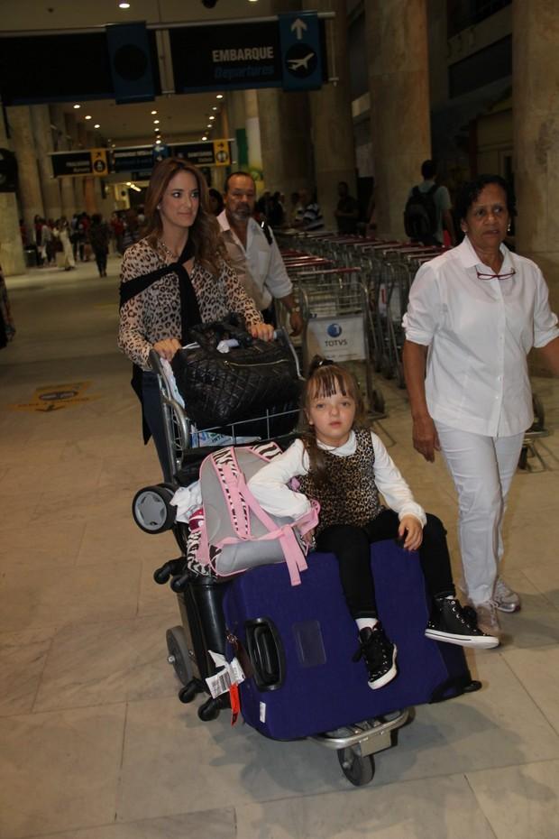 Ticiane Pinheiro com Rafa Justus no aeroporto (Foto: Marcello Sá Barreto / AgNews)