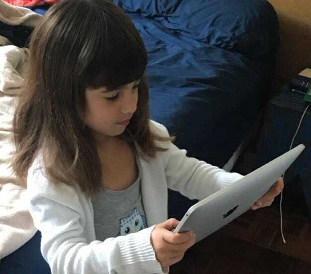 criança segurando tablete (Foto: arquivo pessoal)