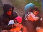 Crianças esperam vez de passar pela fronteira entre Sérvia e Croácia