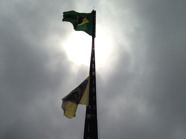 Ativistas do Greenpeace penduram bandeira em homenagem aos índios junto à bandeira do Brasil no mastro da Praça dos Três Poderes (Foto: Luciana Amaral/G1)