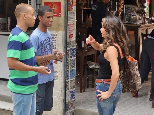 A gata aceita o convite pela grana (Foto: Salve Jorge/TV Globo)