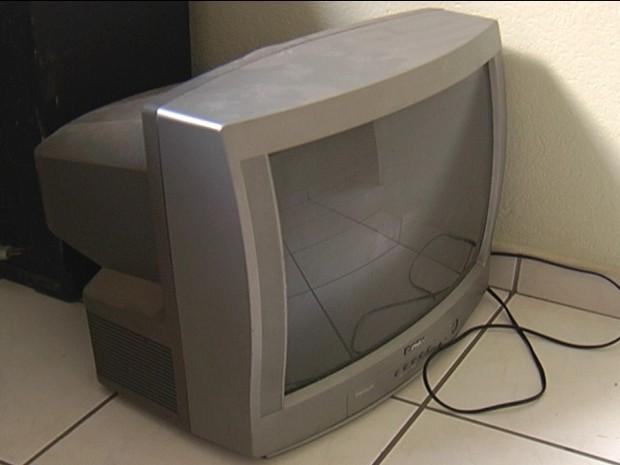 Televisão de 20 polegadas ficou intacta com a queda. (Foto: Reprodução/Inter TV dos Vales)