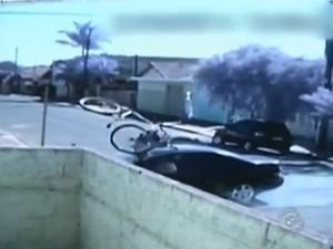 Vídeo mostra motorista atropelando ciclista em Torrinha (SP) (Foto: Reprodução)