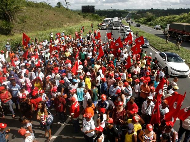 SALVADOR: Militantes do Movimento dos Trabalhadores Sem-terra (MST) bloquearam o quilômetro 603 da BR-324, no sentido Salvador (BA), durante ato contra o impeachment da presidente Dilma Rousseff (Foto: Luciano da Matta/Agência A Tarde/Estadão Conteúdo)