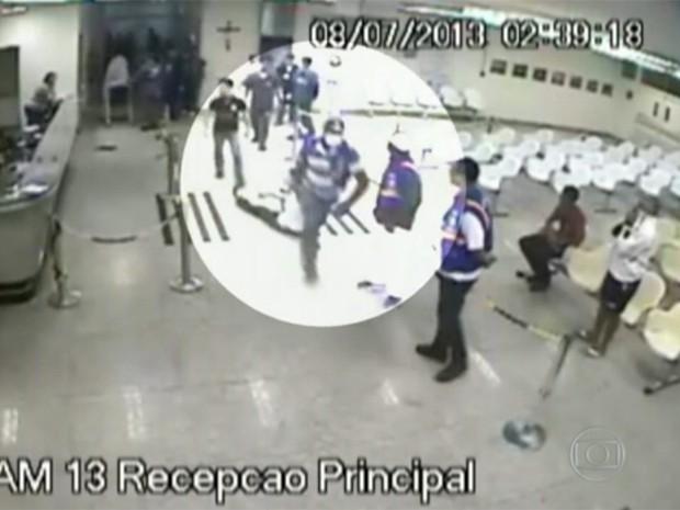 Paciente foi arrancado de cadeira onde esperava atendimento e arrastado para fora do hospital em Campina Grande (Foto: Reprodução / TV Paraíba)