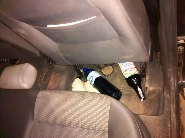 Garrafas de bebidas foram encontradas no carro do padre (Foto: PRF)