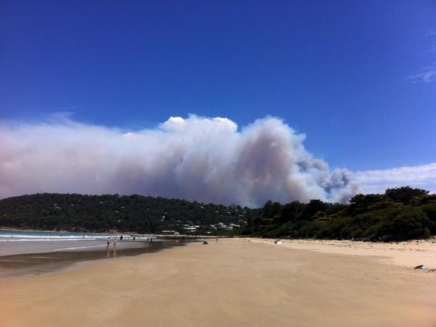 Fogo faz turistas fugirem da Great Ocean Road em Victoria (Foto: REUTERS/AAP)