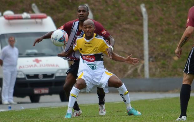 Tartá disputa bola com defensor na partida Juventus x Criciúma (Foto: Avante! / GE Juventus)