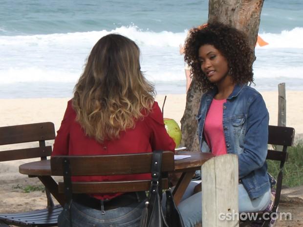 Erika Januza também rodou cenas na praia na manhã desta quarta-feira (Foto: Em Família/TV Globo)