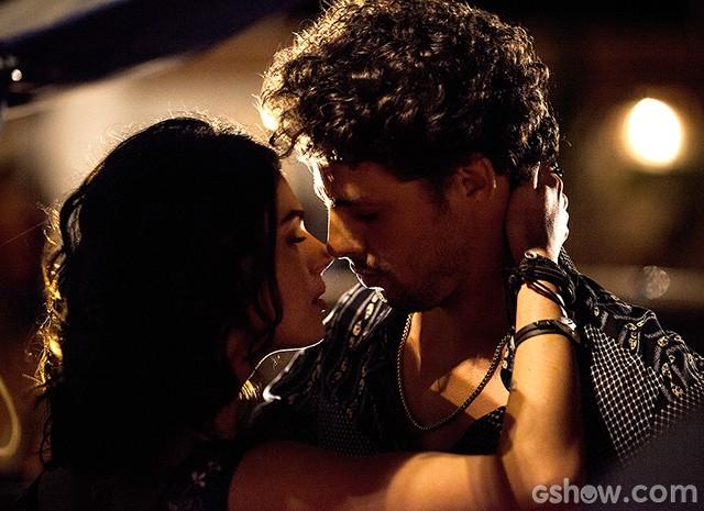 """Leandro e Antônia se beijam ao som de """"Angels"""" da banda The xx (Foto: Fábio Rocha / TV Globo)"""