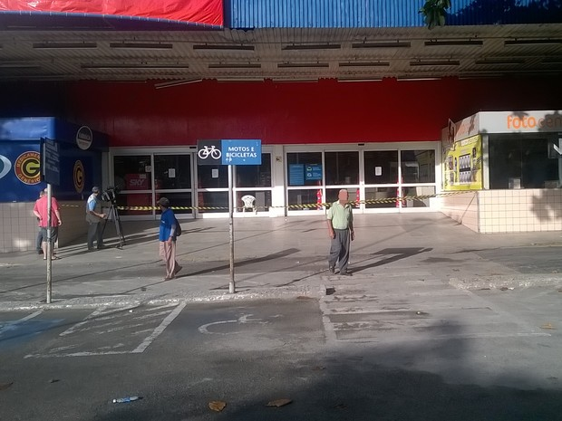 Caixa eletrônico foi explodido dentro deste hipermercado, em Campina Grande (Foto: Mário Aguiar/TV Paraíba)