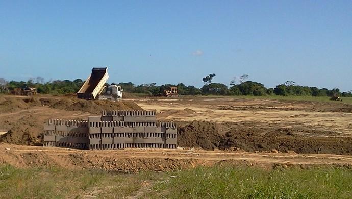 Várias máquinas trabalham na construção do CT do CRB (Foto: Denison Roma/GloboEsporte.com)