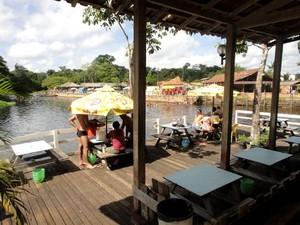 Restaurante Rio Caraparu, em Santa Isabel, tem trapiche para banhistas.  (Foto: Thais Rezende/ G1)
