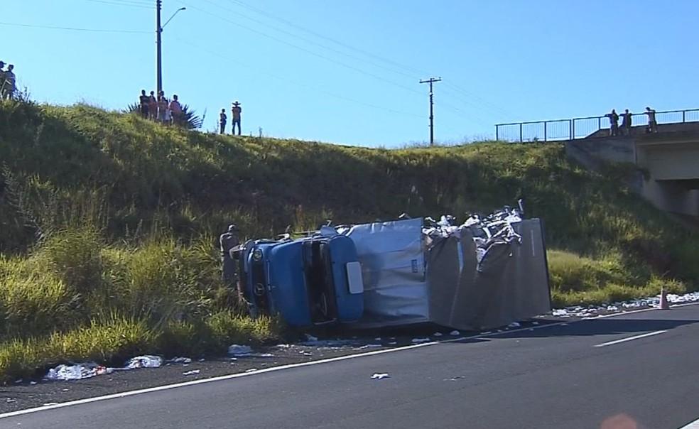 Motorista do caminhão não se feriu na queda em Marília  (Foto: Reprodução/ TV TEM )