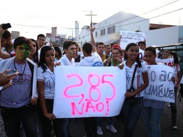Estudantes levaram cartazes contra o aumento da passagem de ônibus (Foto: Jonathan Lins/G1)
