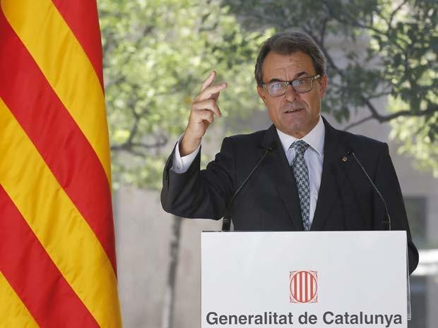 O presidente da Catalunha Artur Mas fala nesta sexta (19) sobre resultado do referendo escocês e promete que processo para consulta sobre independência na região continua em andamento  (Foto: REUTERS/Gustau Nacarino)