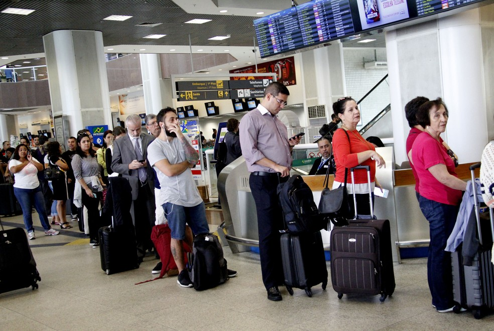 Passageiros enfrentam filas no Aeroporto Santos Dumont por causa do cancelamento de voos  (Foto: Onofre Veras/Agência O Dia/Estadão Conteúdo)