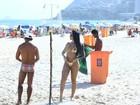 Mayara, do 'BBB 17', vai à praia no Rio com microbiquíni