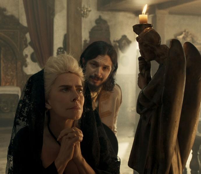 Gaspar encontra Dionísia na igreja (Foto: TV Globo)